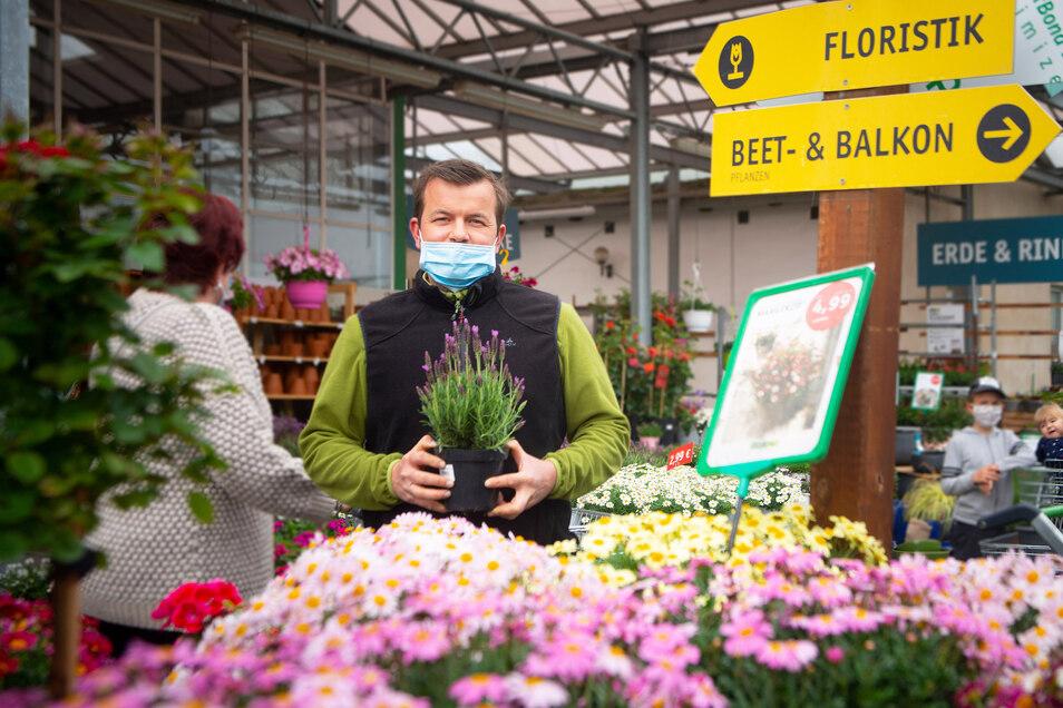 Jetzt läuft das Geschäft, aber Thomas Schrön und seine Kollegen von Gartenbau Rülcker konnten in der Corona-Zeit nicht alle Pflanzen planmäßig verkaufen.