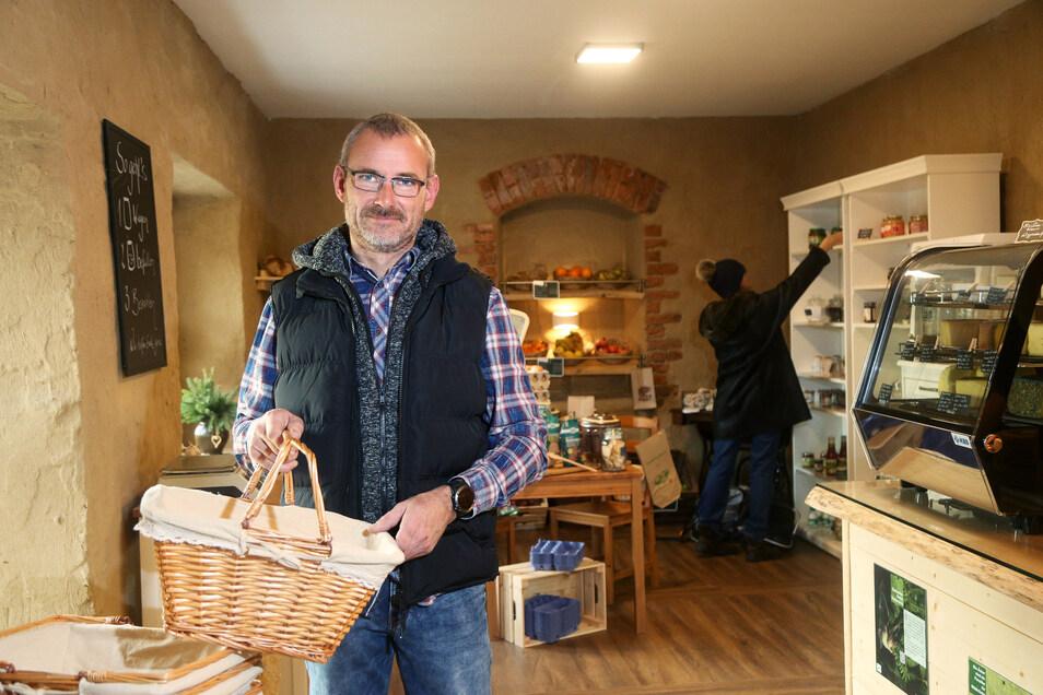 Göran Schultze ist stolz auf den kleinen Bioladen, den er gemeinsam mit seiner Frau jetzt in Heyda eröffnet hat. Das Paar kaufte und sanierte einen alten Bauernhof.