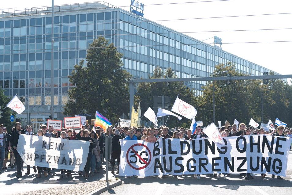 Ein Demonstrationszug durch die Dresdner Innenstadt sorgte am Samstagmittag zeitweise für Verkehrsbehinderungen.