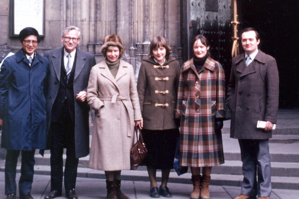 Angela Merkel (3.v.r) 1982 mit Lehrkräften vor dem Veitsdom auf der Prager Burg. In den 1980er Jahren absolvierte sie mehrere Praktika an der Akademie der Wissenschaften in Prag. Ihr Chef dort war Rudolf Zahradník (2.v.l.).