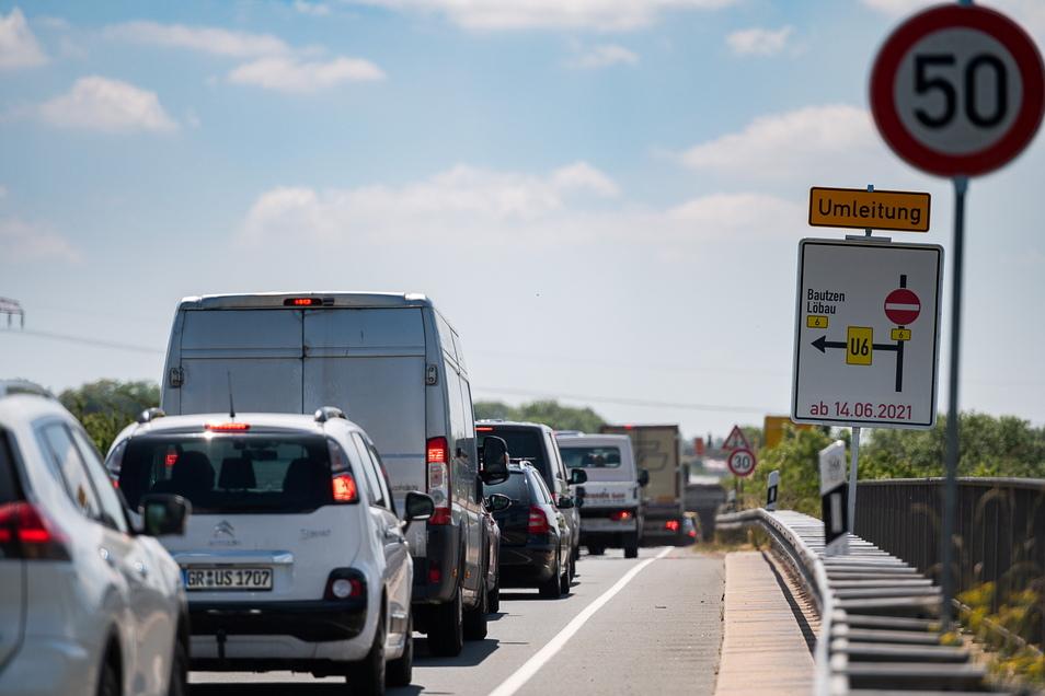 Nach Bautzen und Löbau nur durch Görlitz: Hier an der Marktkauf-Kreuzung ist für Reisende auf der B6 aus Richtung Norden Schluss, eine Umleitung eingerichtet und Stau die Folge.