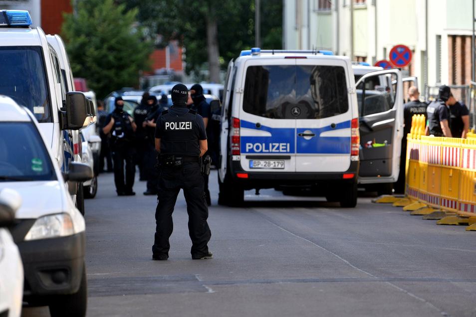 Polizei und Zoll gehen auf einer Leipziger Baustelle  gegen Schleuser vor.