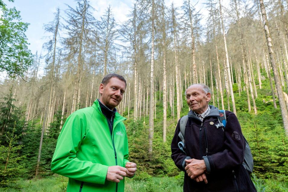 """Ministerpräsident Michael Kretschmer (li.) mit Ulrich Voigt vom Sächsischen Bergsteigerbund: """"Der Nationalpark muss von allen getragen werden""""."""