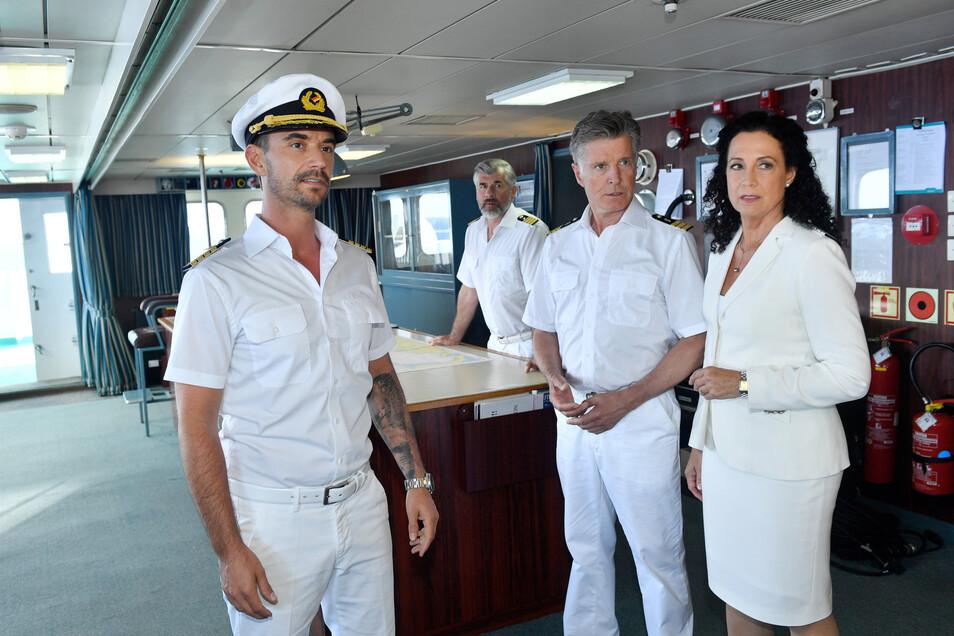 Der neue Kapitän Max Parger (Florian Silbereisen, l) muss die eingespielte Crew mit Martin Grimm (Daniel Morgenroth, 2.v.l.), Dr. Sander (Nick Wilder, 2.v.r.) und Hanna Liebhold (Barbara Wussow, r.) noch von sich überzeugen.