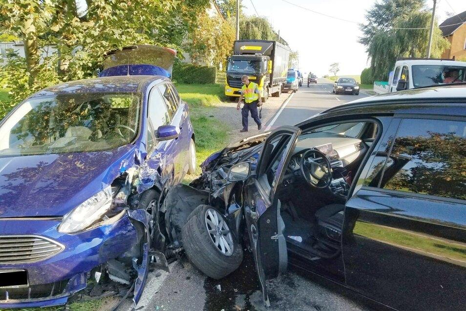 Beide Autos mussten nach einem Unfall bei Holzhausen abgeschleppt werden
