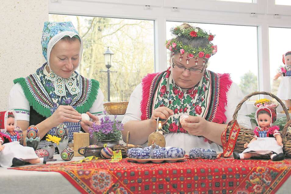 Sylvia Panoscha und Stephanie Bierholdt machen Besucher des SKC gern mit den sorbischen Traditionen vertraut. Corona bedingt mussten 2020 allerdings der Sorbische Ostereiermarkt in Schleife wie auch die Malwerkstätten ausfallen