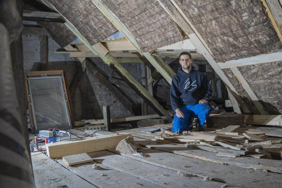 Die schadhaften Teile des Dachstuhls hat eine Fachfirma inzwischen ausgetauscht. Vom Dachgeschoss aus will Marcel Rosenfeld demnächst den Innenausbau vorantreiben.
