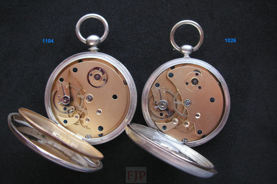 Blick in die Uhrwerke der Modelle mit den Seriennummern 1.104 und 1.026, beide sind frühe Uhren von Moritz Grossmann.