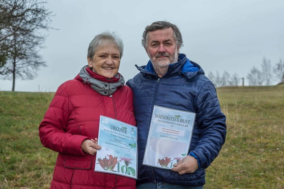 Siegrid und Dieter Grützner vor ihrer prämierten Wiese im Stolpener Ortsteil Langenwolmsdorf.