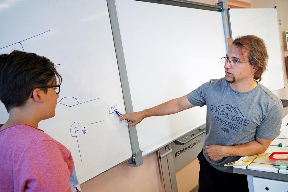 In den einzelnen Lernblöcken der Sommerschule sind meist nur wenige Schüler angemeldet. Die Lehrer können individueller auf die Schüler eingehen. Dass am Dienstag Geometrie gepaukt wurde, sei auf Wunsch von Linus passiert, sagt der Mathematik-Lehrer.