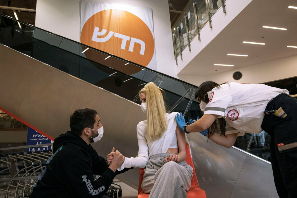 In Israel wird sogar in Möbelmärkten geimpft - wie hier bei Ikea in Rishon Lezion.