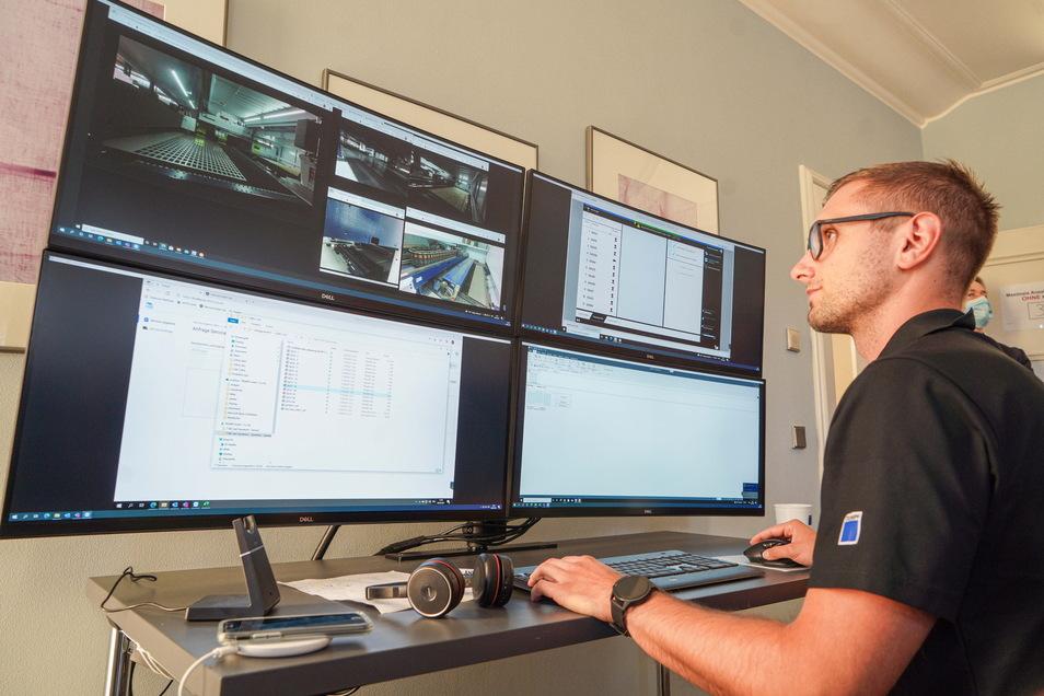 Freddy Weltsch überwacht eine Maschine, die bei einem Kunden in der Schweiz steht.