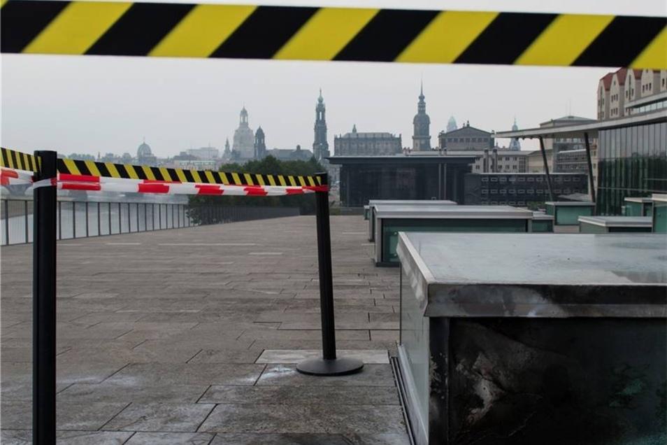 Absperrband sichert den Tatort einer Explosion auf der Freiterrasse des Congress Center Dresden. Laut Polizei soll der mutmaßliche Moschee-Bomber auch für den Anschlag verantwortlich sein.