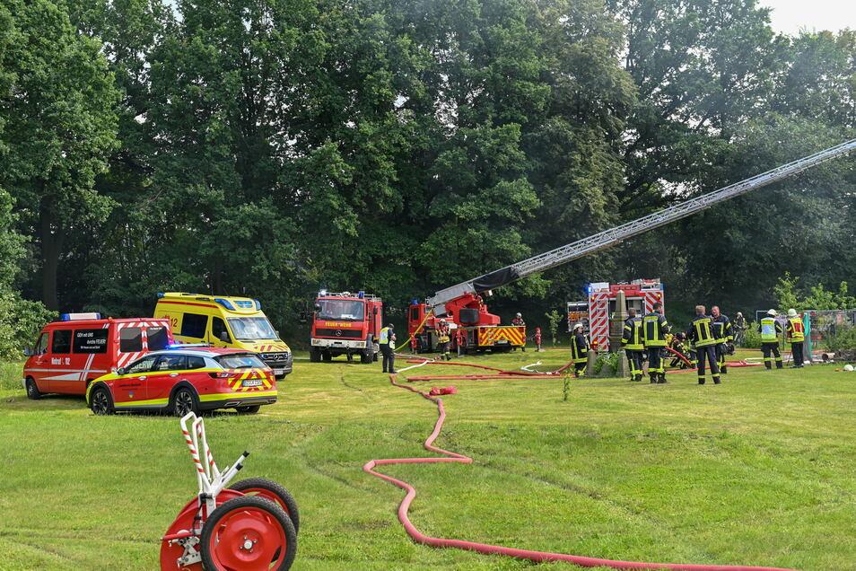 Die Kameraden versuchten, das Übergreifen der Flammen von der Scheune auf die Gebäude in Nähe zu verhindern.