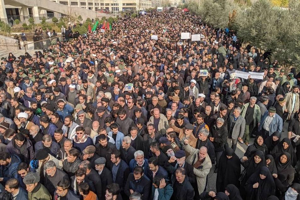 Demonstranten protestieren wegen eines US-Luftangriffs im Irak, bei dem der iranische General Soleimani getötet wurde, in Teheran.