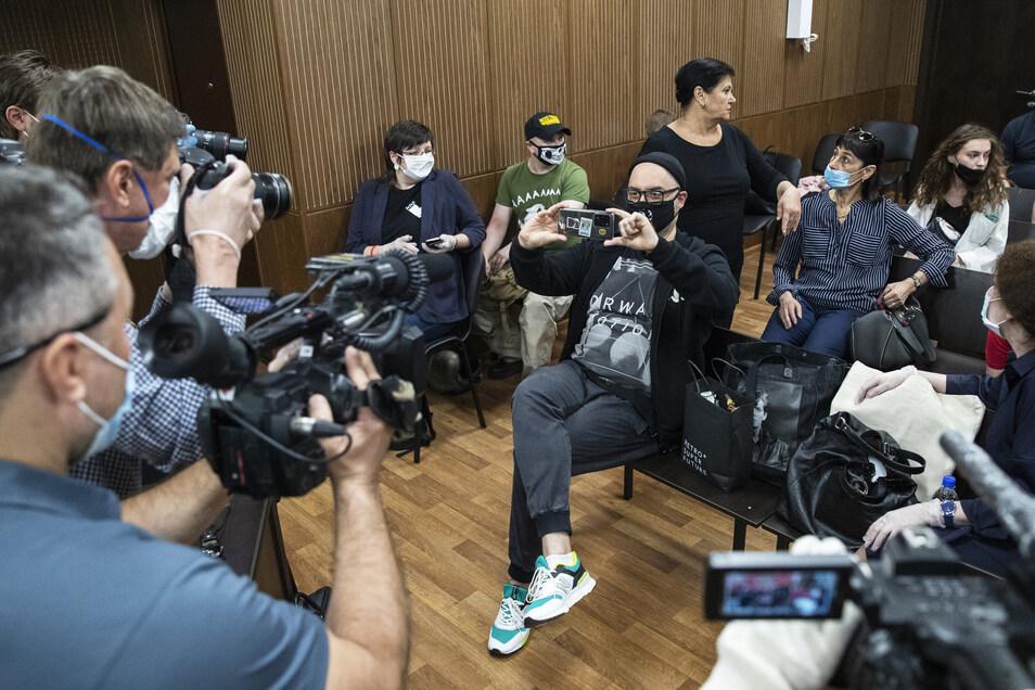 Kirill Serebrennikow (M) trug einen Mundschutz mit einem Porträt des russischen Rocksängers Viktor Tsoi und fotografierte Medienvertreter vor seiner Anhörung.