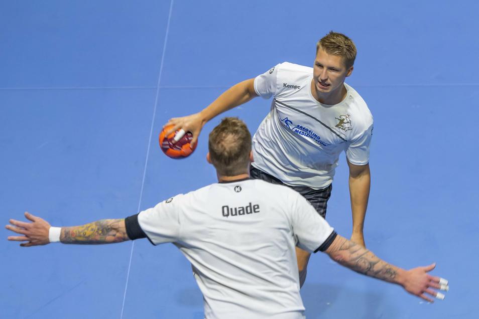 Auch der Ball spielt derzeit schon wieder eine Rolle: Neuzugang Ivar Stavast (hinten) versucht sich im simulierten Zweikampf an Henning Quade.
