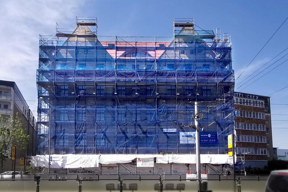 Inzwischen ist der Dachaufbau fertig, der linke Zwechgiebel und die Fledermausgaube sind nach Erlweins Plänen wiederhergestellt. Auch im Inneren gehen die Bauarbeiten voran. Ende dieses Jahres sollen die Wohnungen fertig sein.