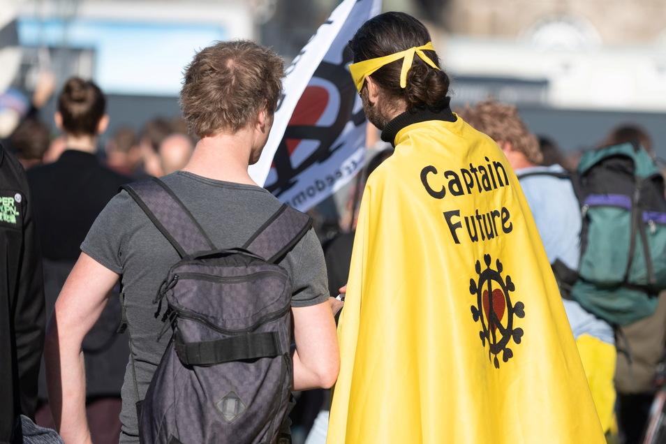 """Auch """"Captain Future"""" ließ sich bei der Demo blicken."""