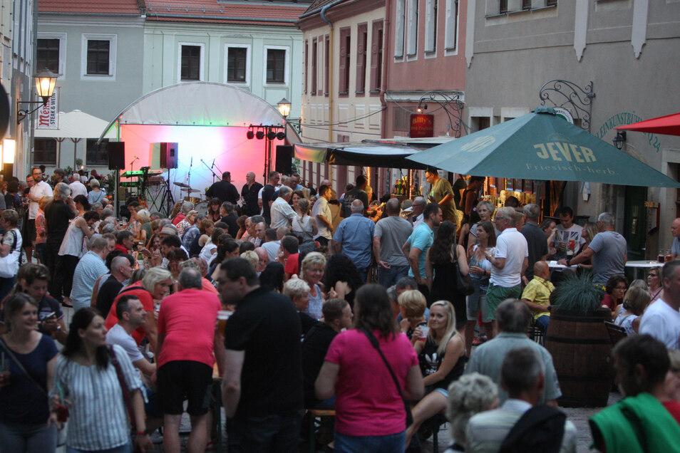 Besucher haben es sich vor dem  spanischen Tapas-Restaurant  Malaga an der Niederen Burgstraße gemütlich gemacht
