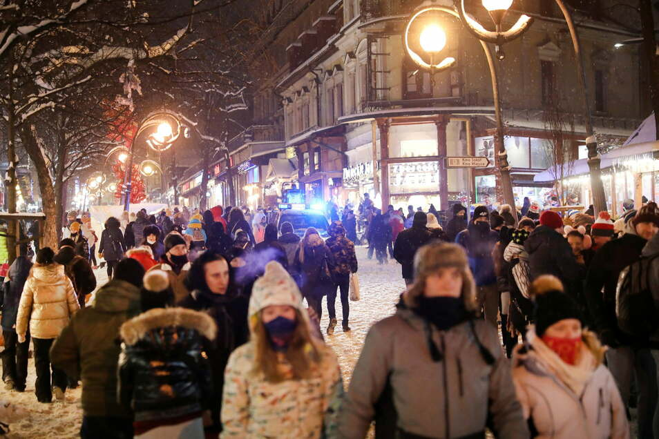 Zakopane vorletztes Wochenende: Zahlreiche Touristen gehen auf dem Krupowki, einer Einkaufsstraße, spazieren. Einen Ansturm der Touristen gab es auch voriges Wochenende.