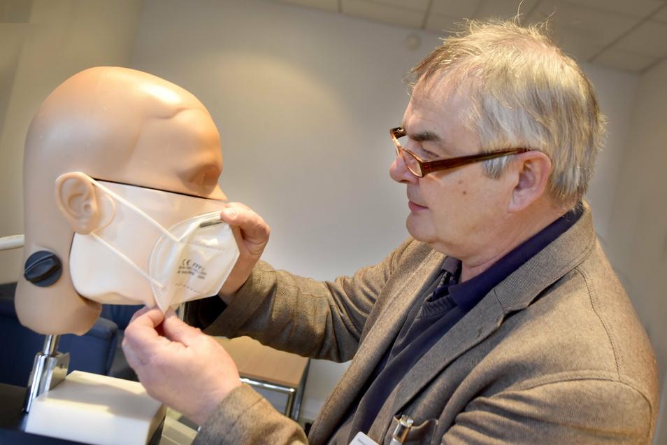 Mit einer umfunktionierten Zahnarzt-Lehrpuppe testet Prof. Lutz Jatzwauck Sitz und Sicherheit verschiedenster Atemschutzmasken - und kommt zu einem Schluss.