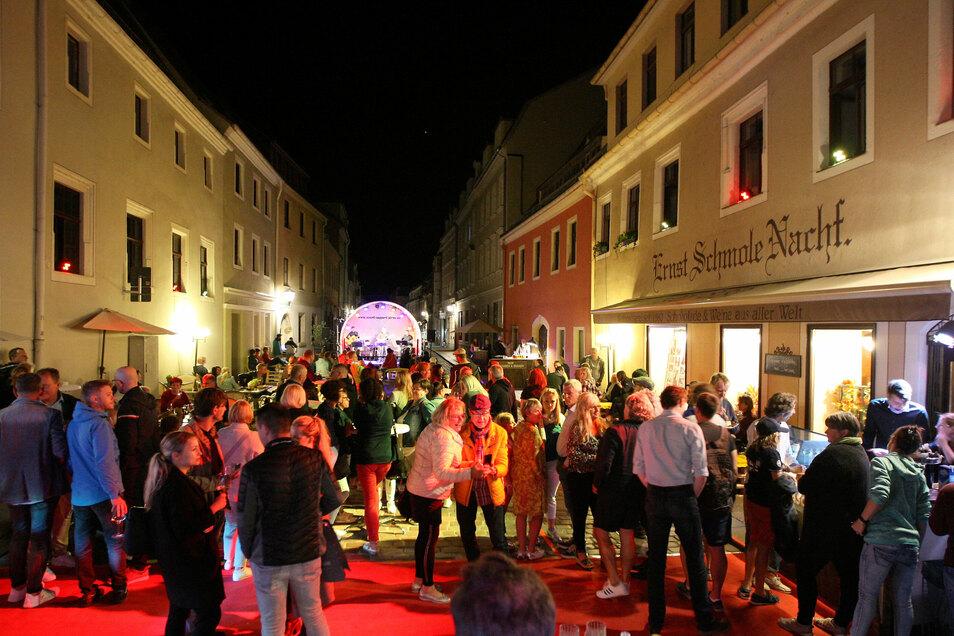 Zum 140-jährigen Jubiläum präsentierte das Team der Rösterei Schmole ein Bühnenprogramm auf dem Altstadtpflaster zwischen dem Stammhaus sowie dem Weinhaus & Café auf der Langen Straße.