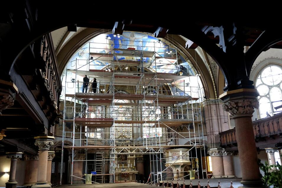 Zu den Sanierungsarbeiten in Innern der Johanneskirche gehört auch die Restaurierung eines vom Karl-May-Illustrator Sascha Schneider geschaffenen Freskos.