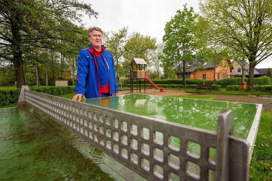 Herzogswaldes Ortsvorsteher Steffen Christof steht auf dem Spielplatz, der in diesem Sommer erneuert und verschönert werden soll,