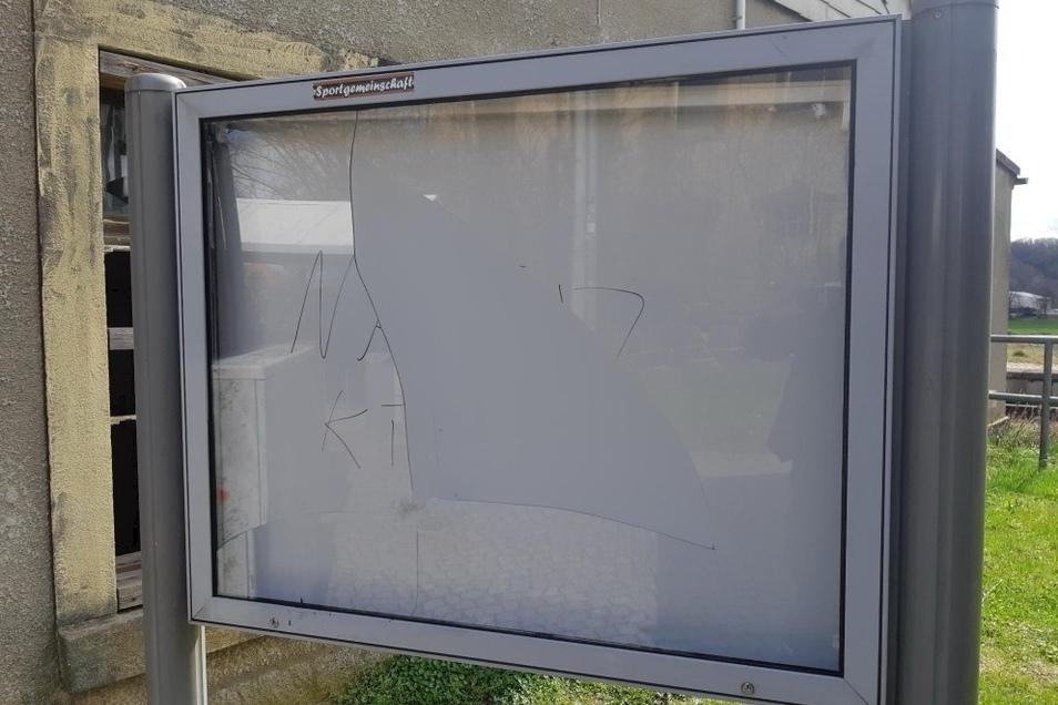 Am Bahnhaltepunkt in Demitz-Thumitz wurde die Scheibe eines Infokastens zerstört.
