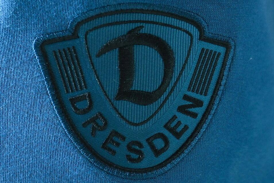 Vor allem das blaue Dynamo-Logo störte viele Fans,. Nun ist klar, die Profis werden die blauen Hosen und Shirts nicht mehr tragen.