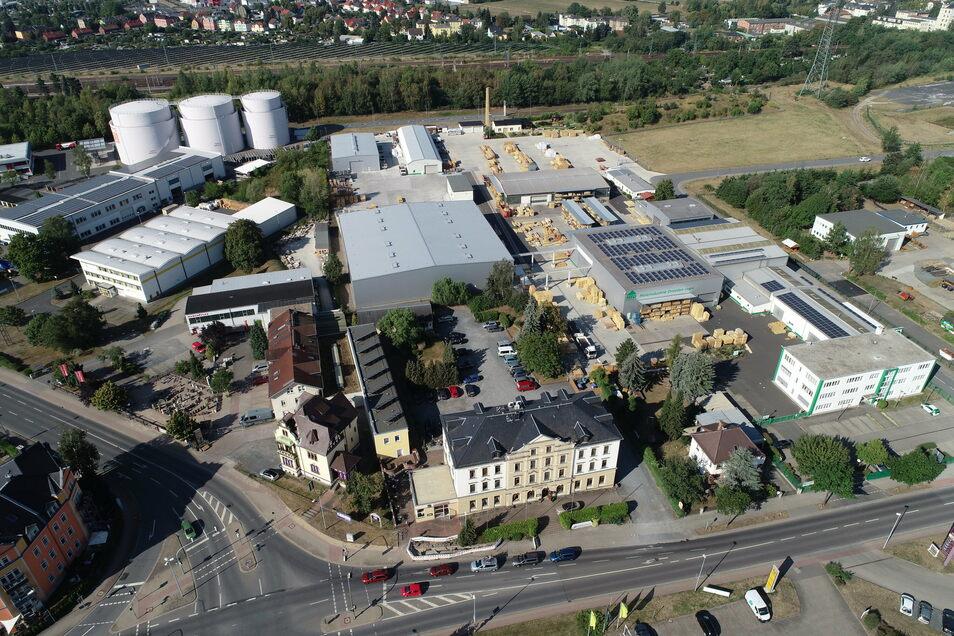 Die Holzindustrie ist in zehn Jahren in Heidenau gewachsen und wächst weiter. Auf der Fläche hinten rechts sollen Parkplätze und weitere Hallen entstehen.
