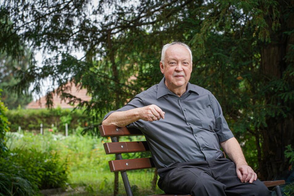 Die schlichte Holzbank neben dem Quatitzer Pfarrhaus ist einer der Lieblingsorte vom scheidenden Pfarrer Wilfried Noack. Hier könne man sich bestens unterhalten, findet er.