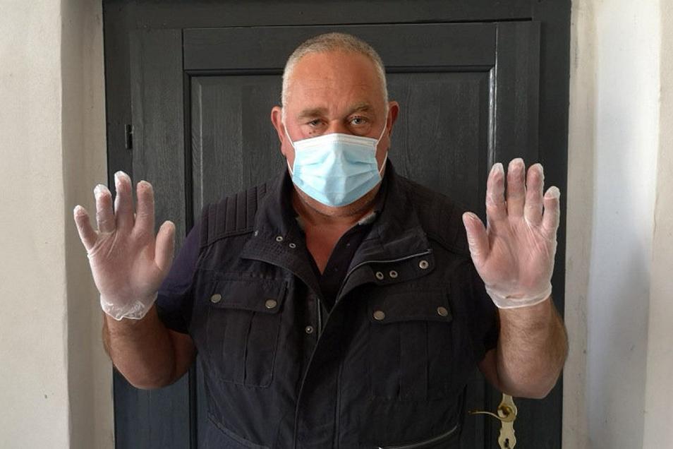 Schutzmasken und Einweghandschuhe hat Hans Ramp gerade aus China importiert. Noch lieber aber würde er sie in einem seiner Herrenhäuser selbst für den Freistaat herstellen.