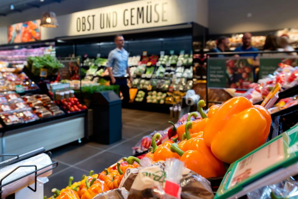 Gut sortiert die Obst- und Gemüseabteilung im Eingangsbereich des Einkaufsmarktes. Abgesehen von holländischen Paprika gibt es hier auch viele Produkte aus sächsischem Anbau.