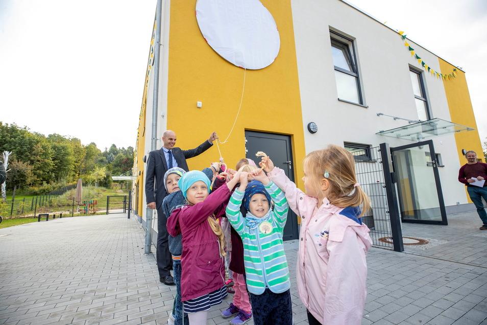 """Kinder bei der Namenstaufe der Kita am Reitplatz in Kita """"Limonadenbaum"""": Gleich daneben entsteht nun eine weitere baugleiche Einrichtung."""