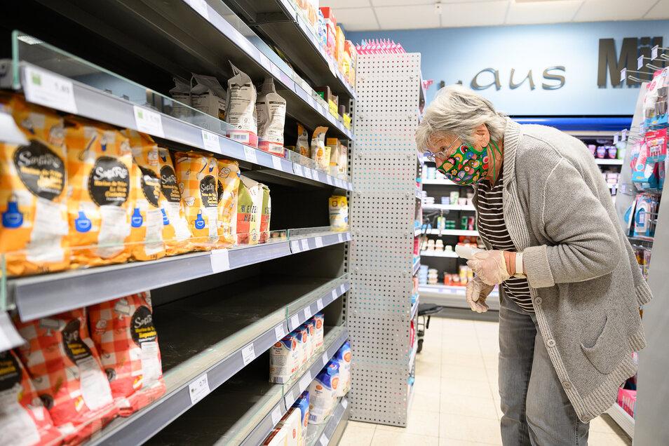 Um die Ausbreitung des Coronavirus zu verlangsamen gilt in fast allen Bundesländern eine Maskenpflicht im öffentlichen Nahverkehr sowie beim Einkaufen.