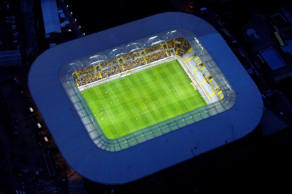 Das erste Mal unter Flutlicht spielt Dynamo im Rudolf-Harbig-Stadion in dieser Saison in der 2. Bundesliga gegen Hannover 96 am 14. August.