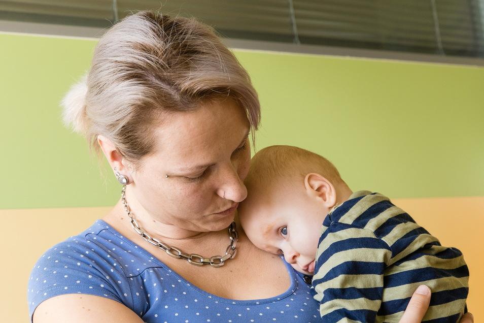 Mutter Jana Brandt hätte es vor zwei Jahren nie für möglich gehalten, dass John allein sitzen kann, denn er leidet an einem seltenen Gendefekt.