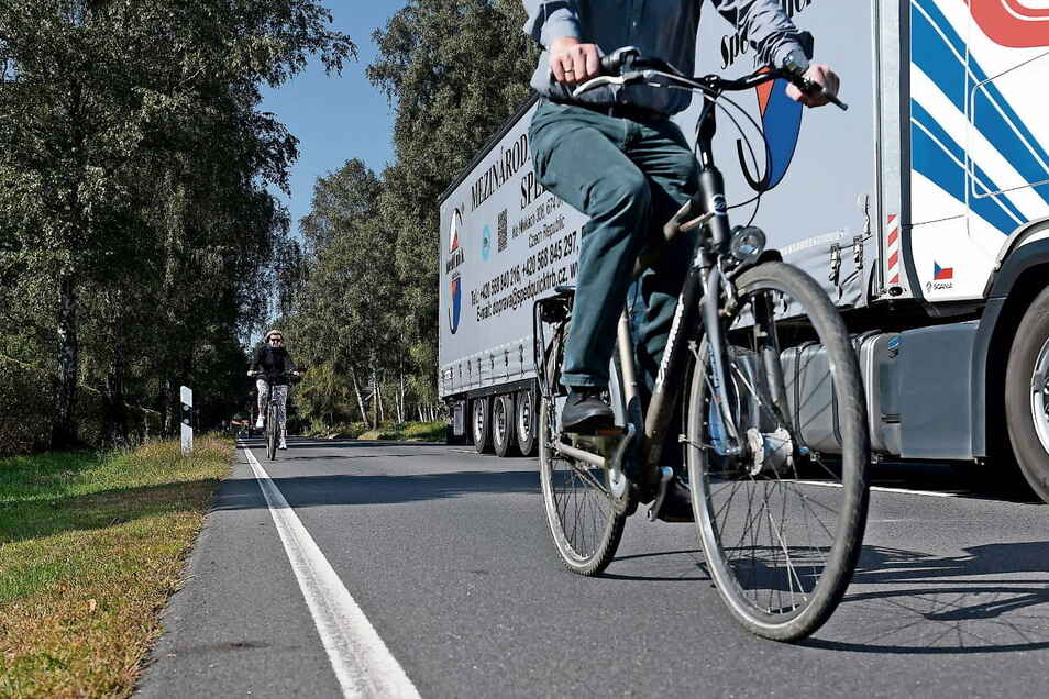Noch gibt es keinen Radweg zwischen Krauschwitz und Bad Muskau. Radfahrer müssen sich die Straße mit Fahrzeugen jeder Art teilen, was für sie sehr gefährlich ist.