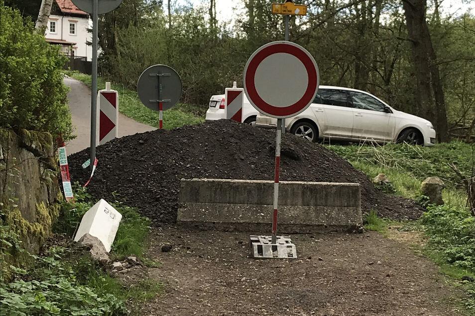 Selbst kleine Grenzübergänge für Fußgänger wie hier in Ostrov (Eiland) sind verbarrikadiert.