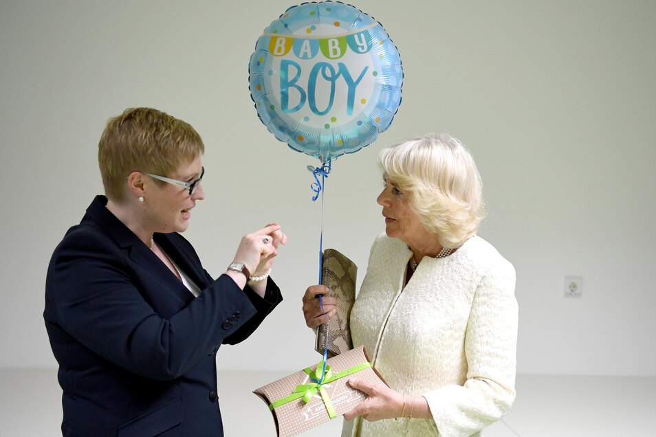 Bei einem Besuch durch die Gewaltschutzambulanz in der Charite erhält sie ein Geschenk und einen Luftballon für ihr am Vortag geborenes Enkelkind von der stellvertretenden Leiterin Saskia Etzold.