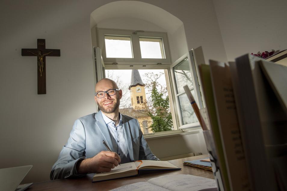 Weinberge statt Erzgebirge: Philipp Frank ist der neue Pfarrer für Niederau. Mit seiner Frau und den zwei Söhnen ist er ins Pfarrhaus gezogen.