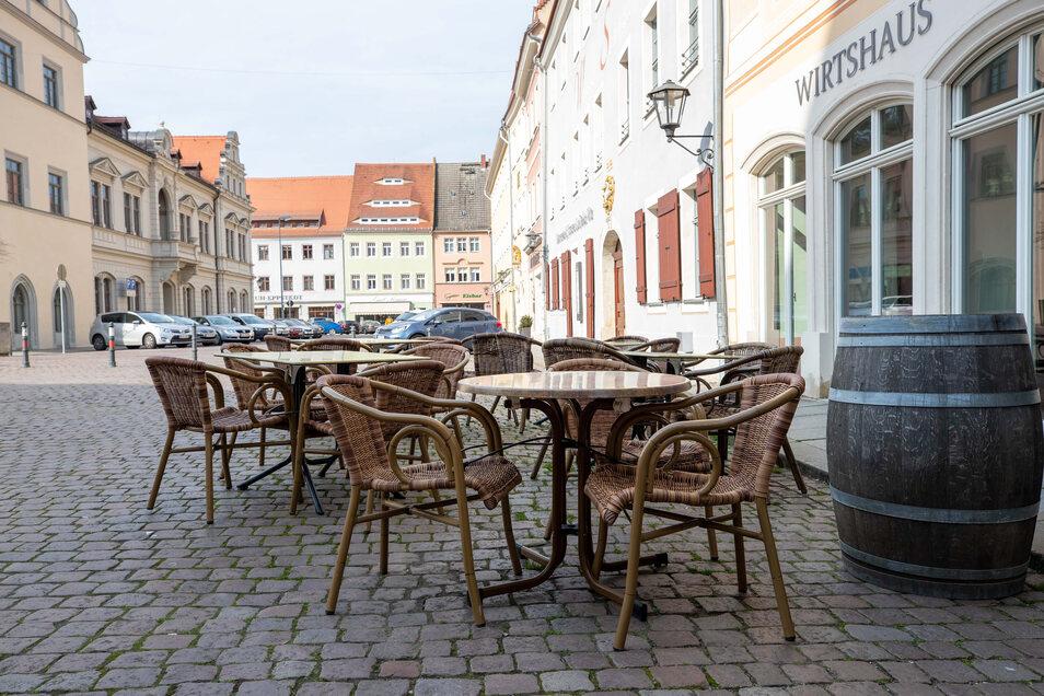 """Tische vor dem Wirtshaus """"Marieneck"""" am Pirnaer Markt: Ab 15. Mai mehr Platz im Außenbereich."""