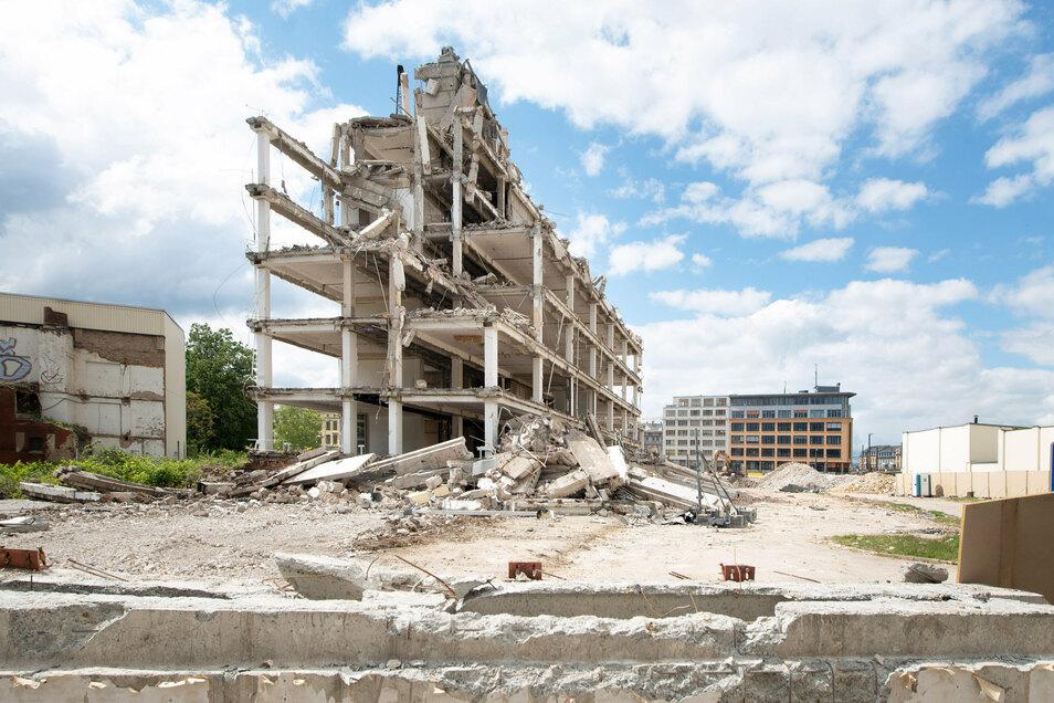Nur wenige Monate nach Beginn der Abrissarbeiten ist vom prägenden DDR-Plattenbau am Bahnhof Mitte nur noch das Skelett übrig.