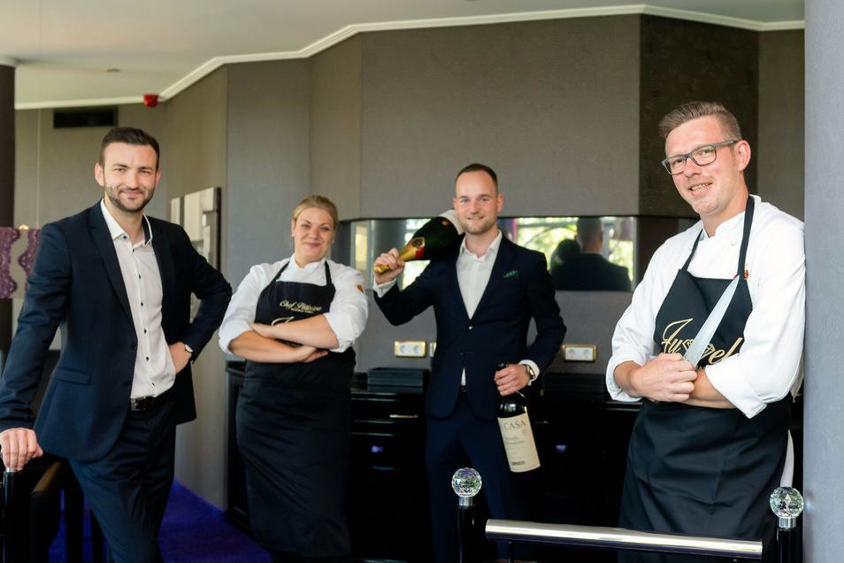 Frederik Nebrich, Beatrice Tobias und Patrick Grunewald (v.l.) bilden gemeinsam mit dem neuen Küchenchef Robert Hauptvogel (r.) das neue Kreativteam im Kirschauer Gourmet-Restaurant Juwel.