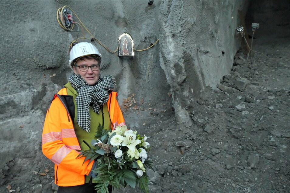 Tunnelpatin Susann Dulig, im Hintergrund die heilige Barbara: Die Schutzpatronin behütet die Mineure bis zum Bauende.