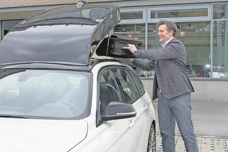Unternehmenschef Johann Espig zeigt einen Prototyp seiner Smartbox. Das Besondere: Sie kann eingeklappt werden.