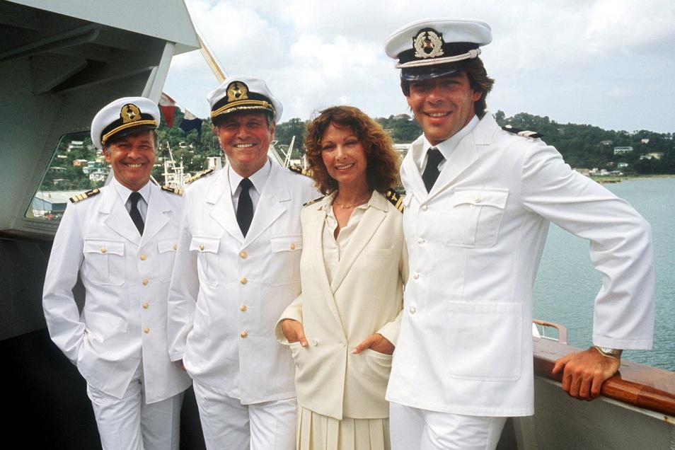 """Die """"Traumschiff""""-Crew von 1983 (l-r) Horst Naumann als Schiffsarzt, Heinz Weiss als Kapitän, Heide Keller als Stewardess und Sascha Hehn als Steward."""