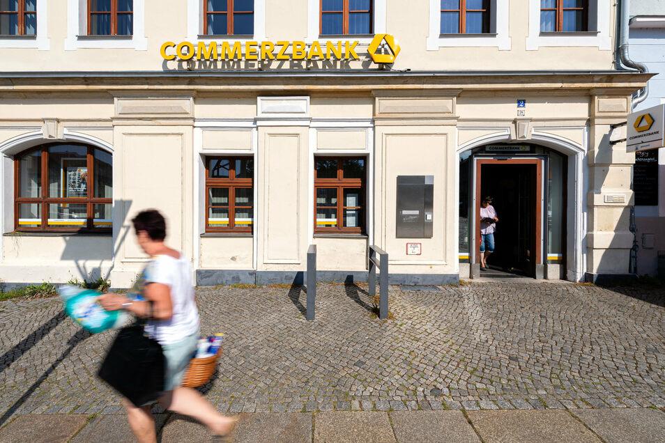 In der Filiale der Commerzbank in Bischofswerda können Kunden seit Monaten nur den Selbstbedienungsbereich nutzen. Beratungen finden nur per Telefon und E-Mail statt.